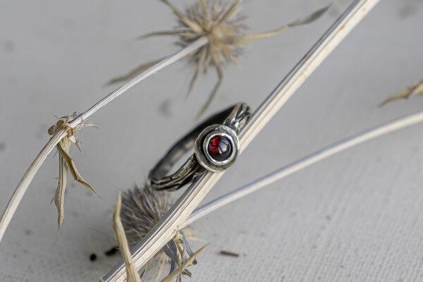 Тонкое серебряное кольцо с гранатом