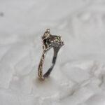 Кольцо с хризолитом и птичкой