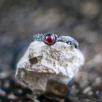 Серебряное кольцо-веточка с натуральным гранатом