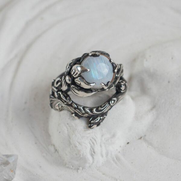 Серебряное кольцо с лунным камнем «Веста»