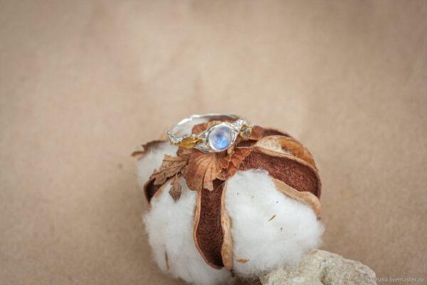 Кольцо с лунным камнем и позолотой