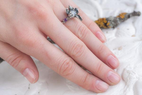 Серебряное кольцо с лунным камнем и аметистами