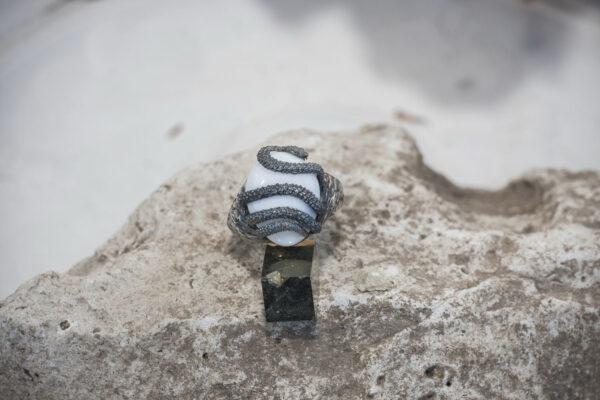 Сакральное мужское кольцо со змеей