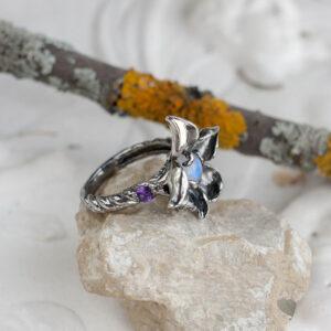 Кольцо-цветок из серебра с лунным камнем