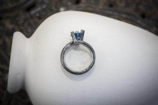 Минималистичное кольцо с фианитом