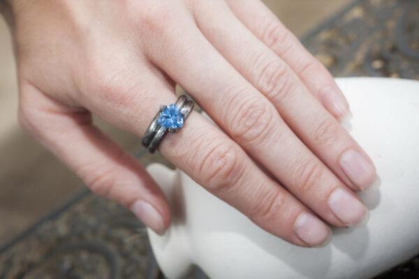 Современное кольцо с фианитом