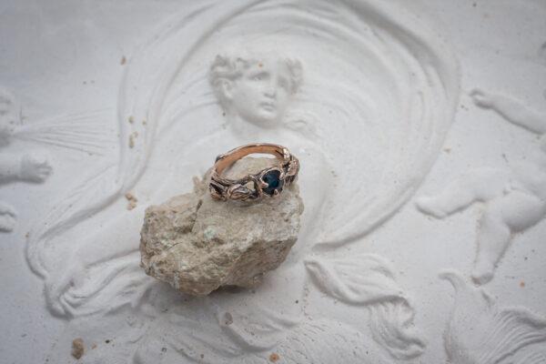Женское кольцо с сапфиром