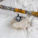 Серебряное кольцо с лунным камнем и лазуритами