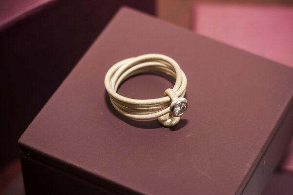 Широкое золотое кольцо с бриллиантом