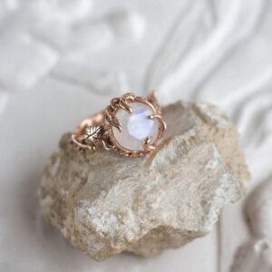"""Золотое кольцо с белым лунным камнем """"ТЕНЕРЕ"""""""