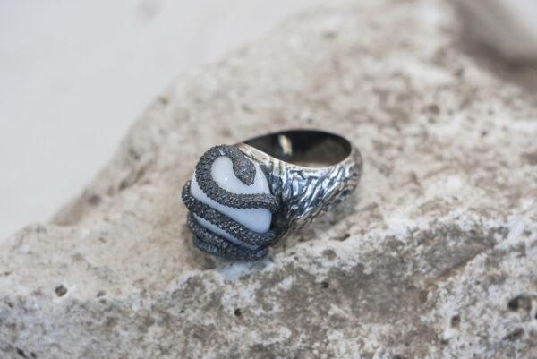 Мужской перстень с кахолонгом