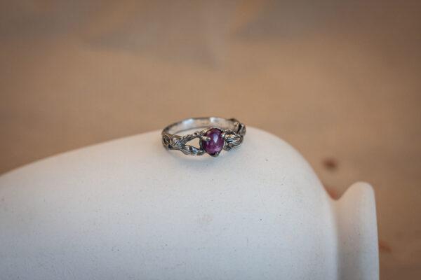 Кольцо из серебра с рубином и цветами