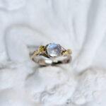 Кольцо с натуральным лунным камнем