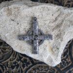 Крест в круге с черным камнем