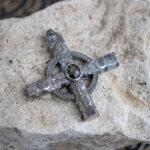 Серебряный крест с черным сапфиром