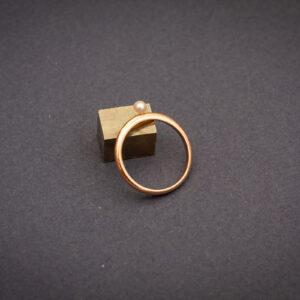 """Тонкое минималистичное золотое кольцо с жемчугом """"Нить"""""""