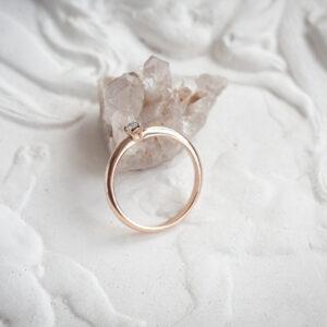 Классическое золотое кольцо с бриллиантом 0,1 карат