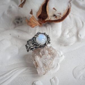 """Необычное серебряное кольцо с лунным камнем """"Тайга"""""""