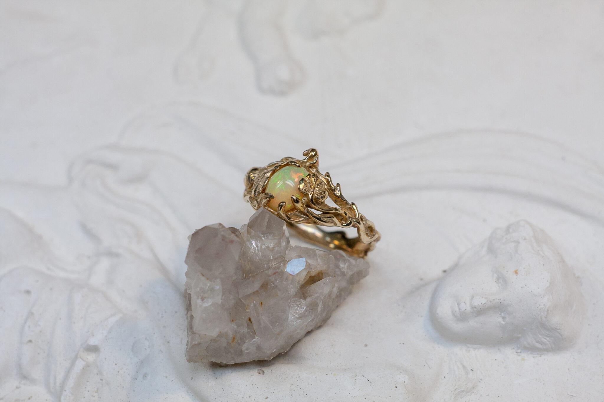Бронзовое кольцо с опалом и позолотой