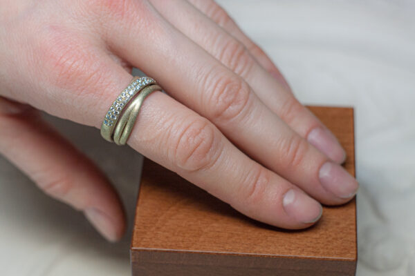 Золотое помолвочное кольцо