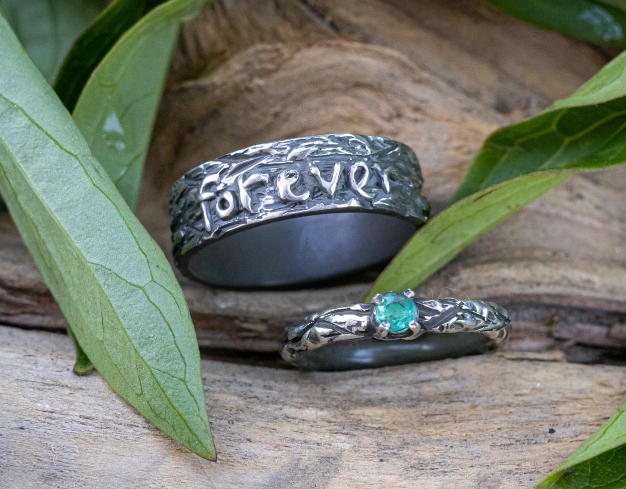 Обручальные кольца из серебра с изумрудом