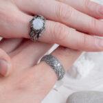 Обручальные кольца из серебра с лунным камнем