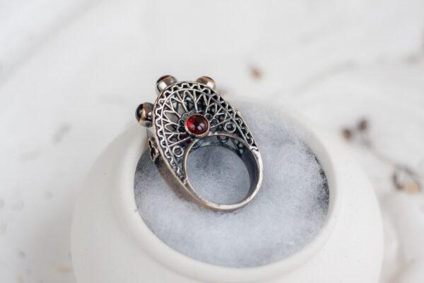 Готическое кольцо с гранатами