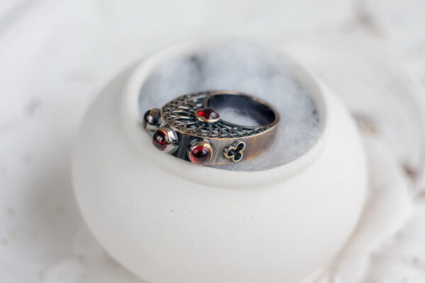 Серебряное кольцо с пятью гранатами