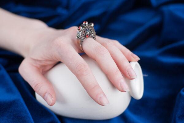 Высокое кольцо из серебра с гранатами