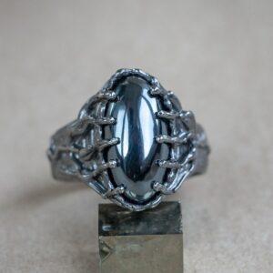 Мужской перстень с гематитом