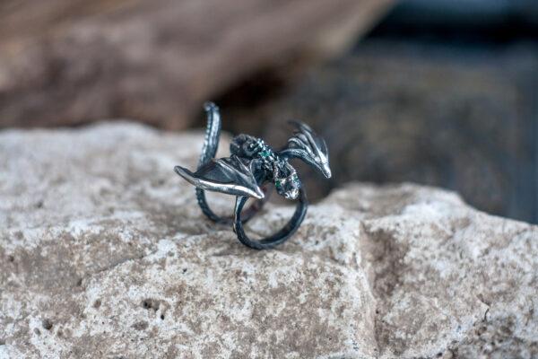 Необычное кольцо из серебра с изумрудами
