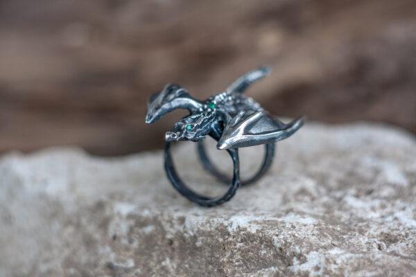 Серебряное кольцо с изумрудами и драконом