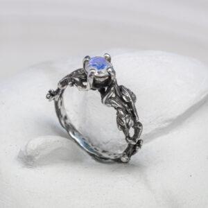 Серебряное кольцо с лунным камнем