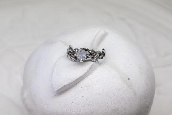 Помолвочное кольцо из серебра с лунным камнем