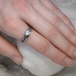 Нежное кольцо из серебра с лунным камнем