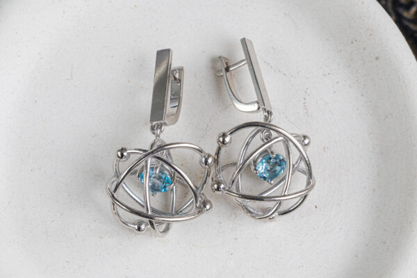 Серебряные серьги-атомы с топазами
