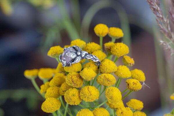 Кольцо в стиле флора с розовым кварцем