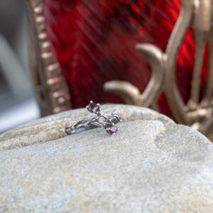 Нежное кольцо из серебра со шпинелью