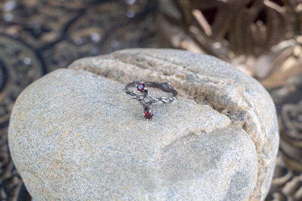Серебряное кольцо с красной шпинелью