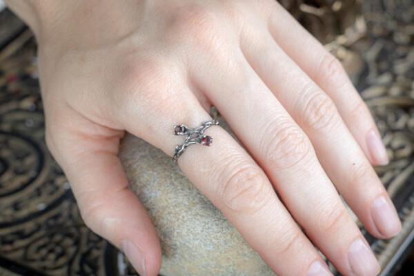 Серебряное кольцо с двумя красными камнями