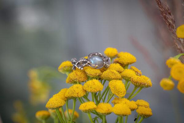 Необычное кольцо из серебра с лабрадоритом