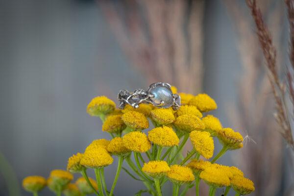 Кольцо в стиле флора с лабрадоритом