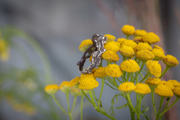Серебряное кольцо с листочками крапивы