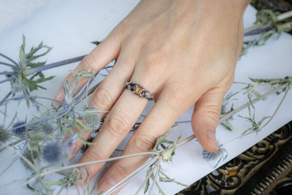 Помолвочное кольцо с солнечным камнем