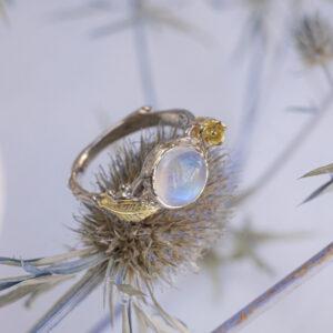 Золотое кольцо с природным лунным камнем