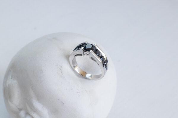 Кольцо из белого золота с черной шпинелью