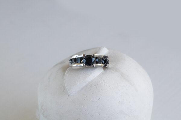 Золотое кольцо с черной шпинелью