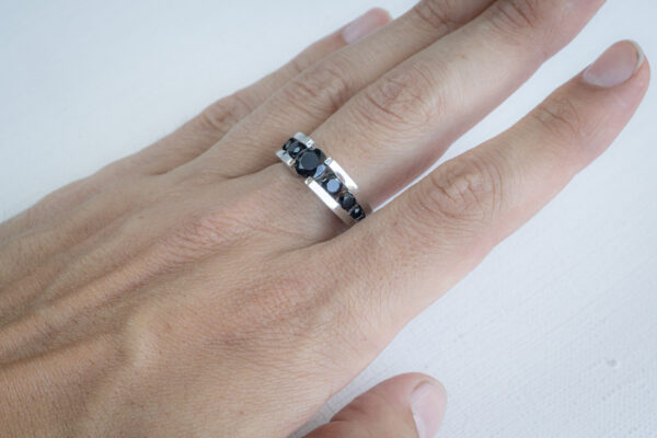 Дорогое мужское кольцо из белого золота