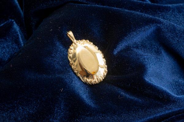 Золотой кулон с крупным камнем