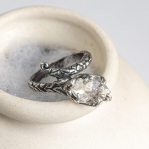 Серебряное кольцо с кристаллом кварца